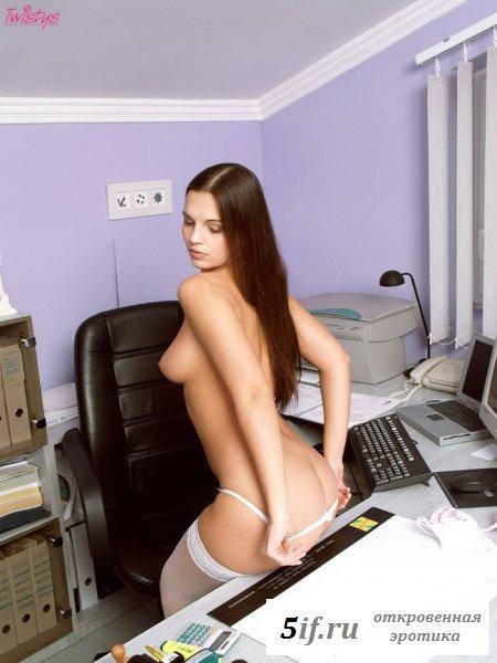 Секретарша в белых чулках