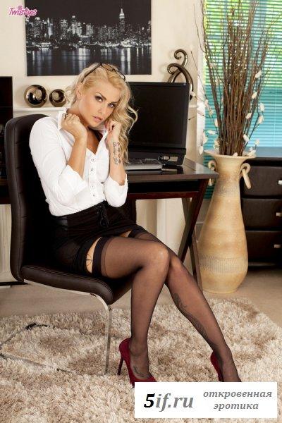 Сексуальная секретарша с татуированным телом