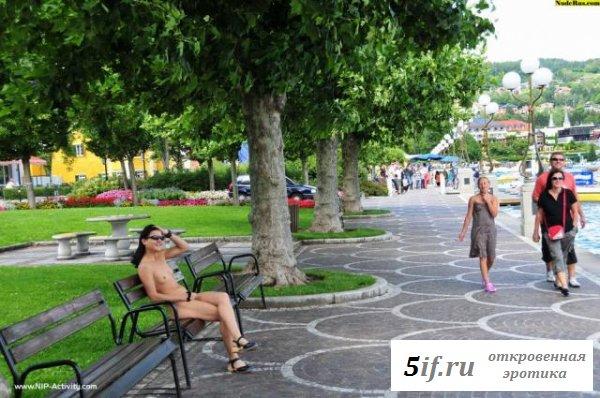 Девушка голышом гуляет по улице