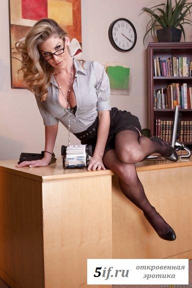Секретарша заканчивает рабочий день стриптизом