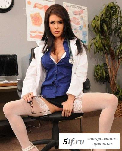 Потрясающая медсестра раздвигает свои ножки