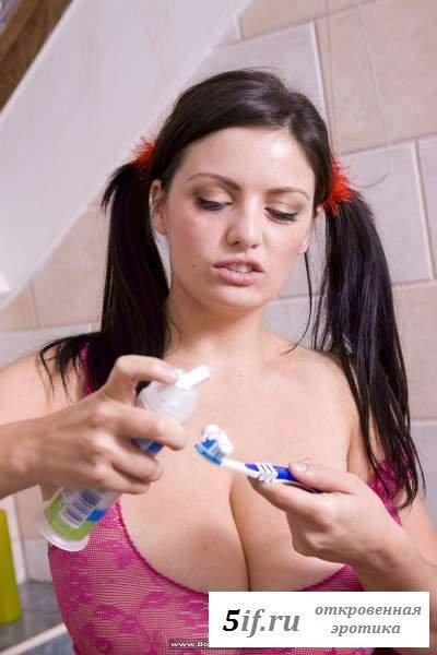 Большегрудая брюнетка сексуально чистит зубы