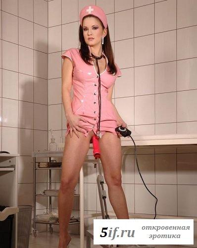 Медсестра балуется с вибратором