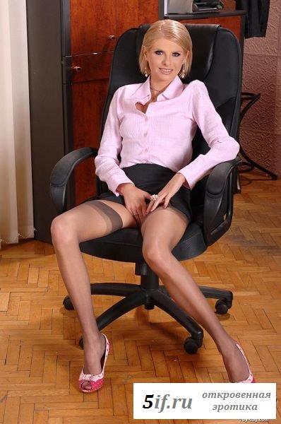 Белокурая секретарша играет с фаллосом на работе