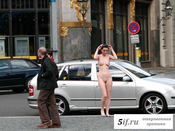 Голая натуристка гуляет по городу