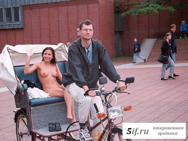 Брюнетка катается на каррете совсем без одежды