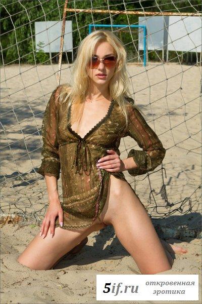 Белокурая красавица загорает голышом на пляже