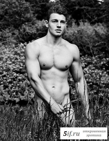 Симпатичные спортсмены отдыхают голыми на природе