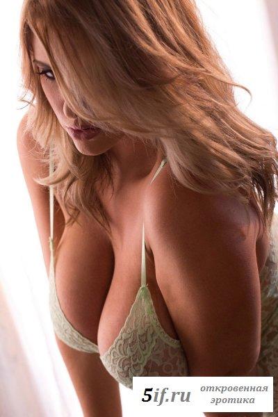 Блондинка демонстрирует свою большую грудь
