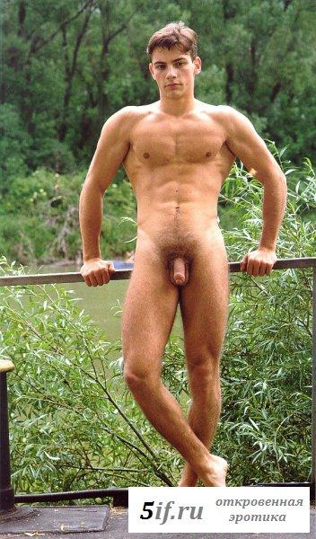 Накаченный брюнет показывает свою дубинку