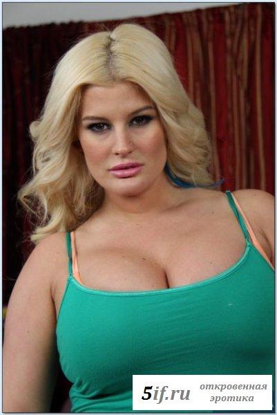 Толстенькая блондинка показывает свои формы