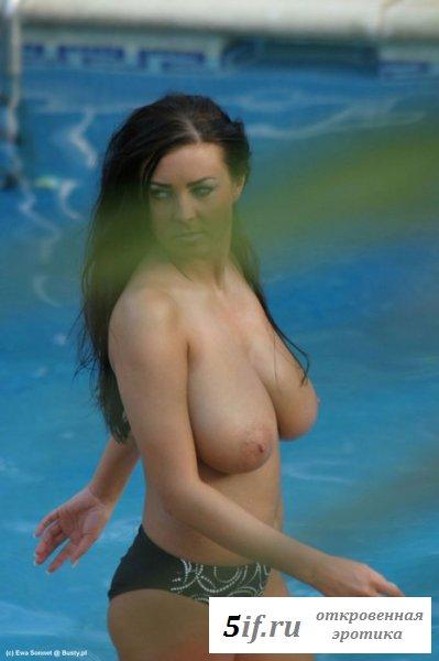 Ева Соннет с голыми сиськами у бассейна