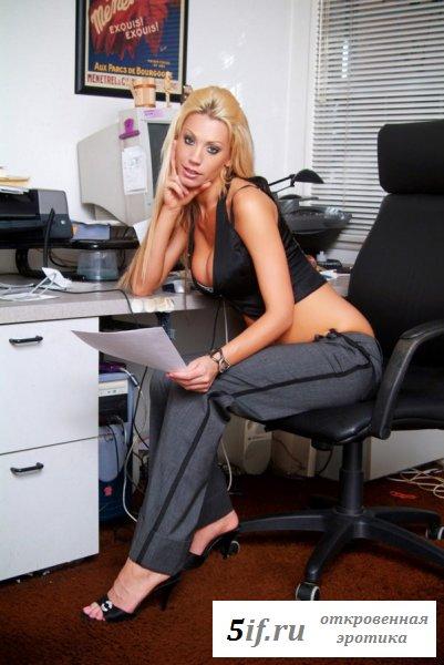 Белокурая секретарша шалит со своей киской