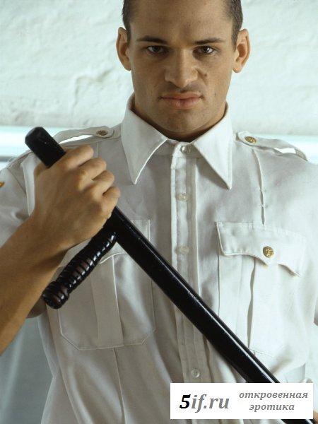 Полицейский показывает своё голое достоинство
