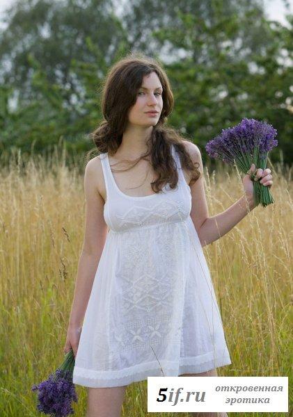 Деревенская красавица позирует голая в поле
