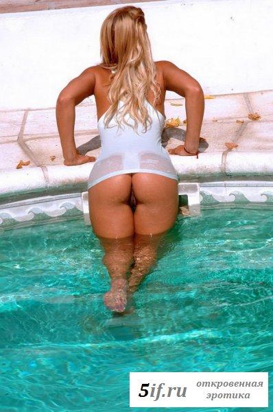 Шикарная блондинка отдыхает голышом у бассейна
