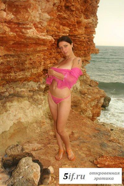 Брюнетка отдыхает голой на диком пляже