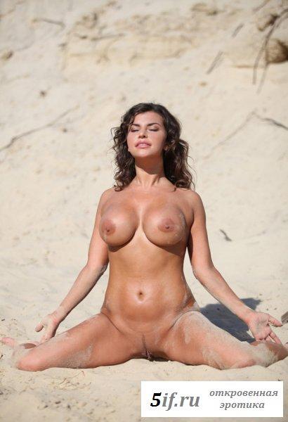 Брюнетка с большими дойками отдыхает на пляже