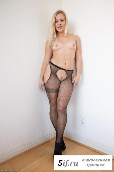 Великолепная блондинка в сексуальных колготках показывает писю