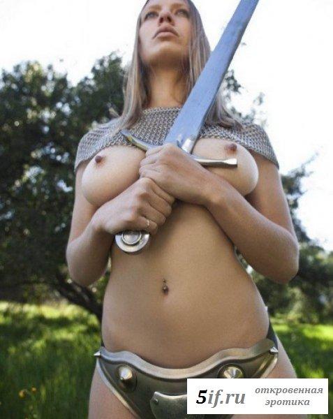 Сногшибательная девушка-рыцарь с мечом