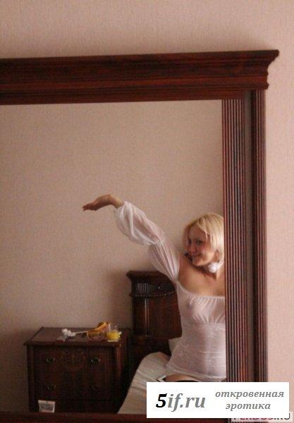 Голая блондиночка на частном фото