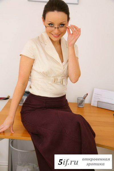 Работница в колготках на упругой попке