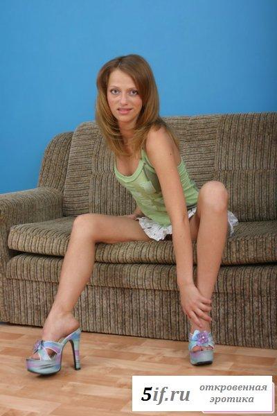 Глазастая девчонка сидит раздетая на диване