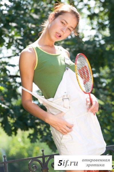 Теннисистка в трусиках облизала ракетку