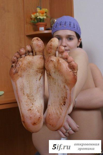 Девка в трусиках кушает сладкую плитку
