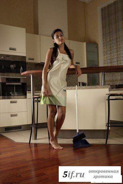 Обнаженная домохозяйка устала готовить