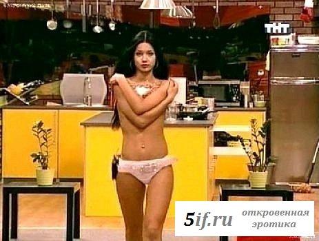 Стройная Анастасия Ягайлова в розовых трусах