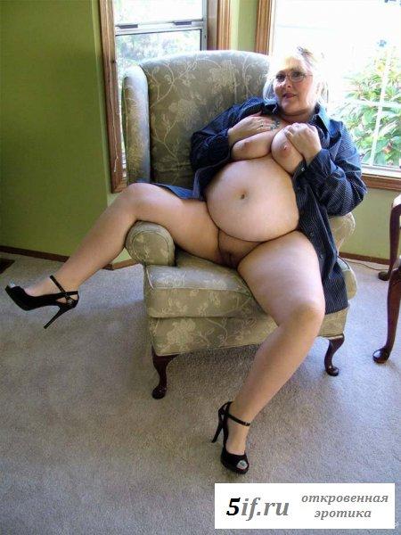 Старенькая блондинка с массивной голой жопой