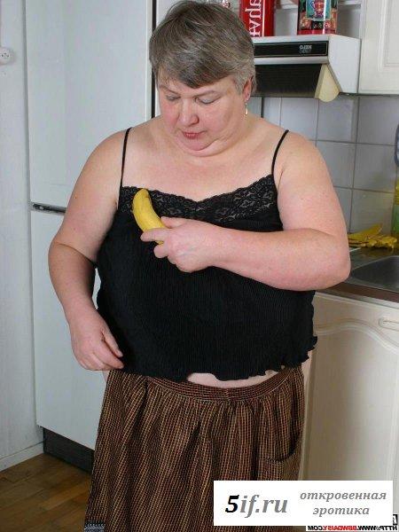 Старушка мнет сиськи и жрет банан