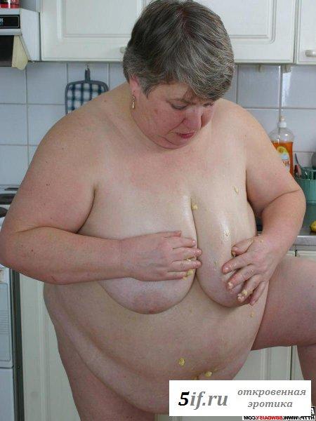 Голая пузатая мамаша развлекается с бананом