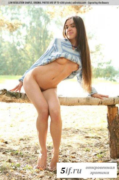 Молодая искусительница разделась в лесу