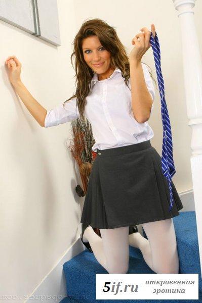Эротичные смазливые школьницы в чулках и униформе