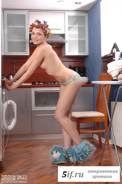 Деловитая голая девчонка