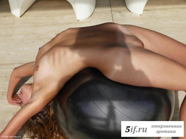 Внимание голой девки привлек шар