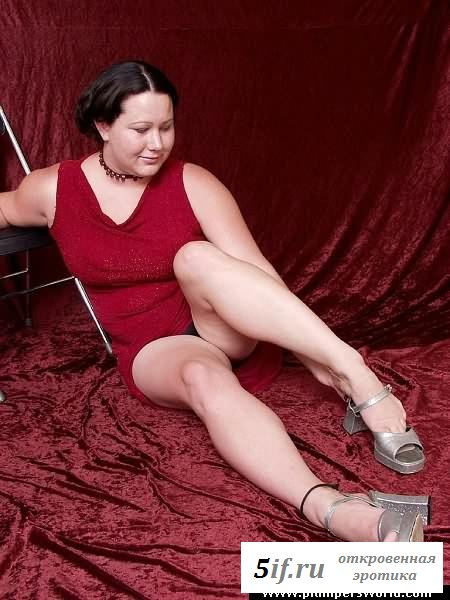 Толстая девушка игралась здоровенными буферами