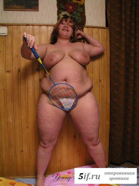 Раздетая толстая девушка с ракеткой для тенниса
