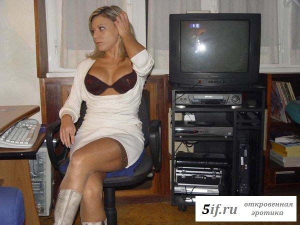 Невозмутимая секретарша в соблазнительном лифчике