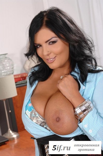 Смуглая секретарша кусает сосок на груди
