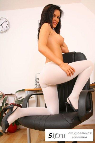 Красивая секретарша с идеально круглыми сиськами