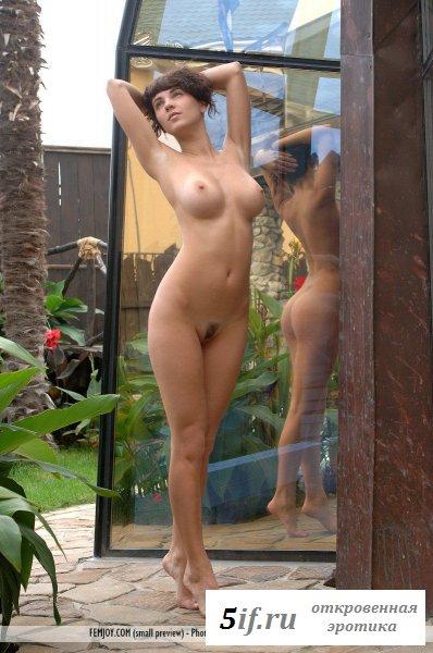 Дама с силиконовыми сиськами обожает релакс