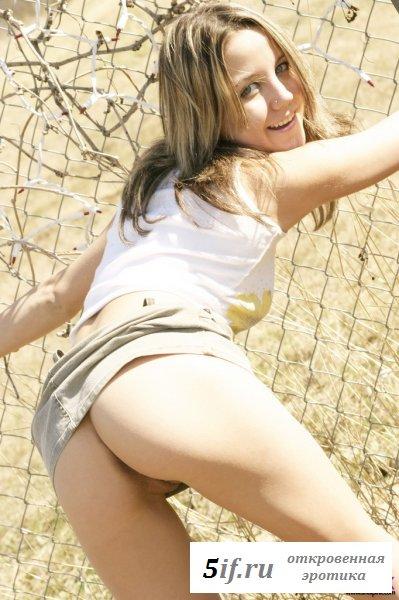 Очаровательная молоденькая дева задумала шалости