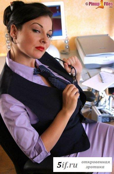 Зрелая секретарша заигрывает, показывая груди
