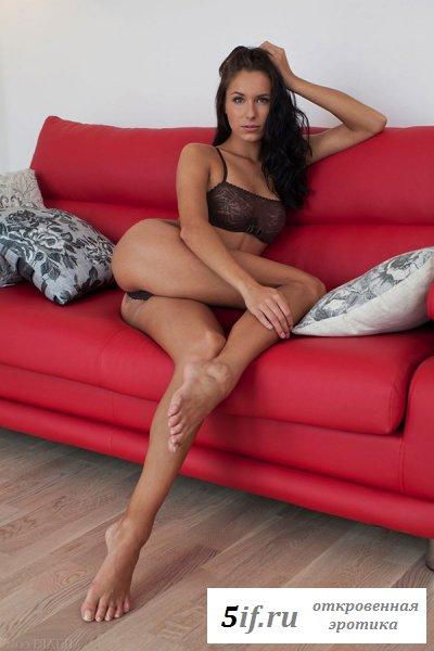 Брюнетка совращает на диване молоденькими длинными ножками