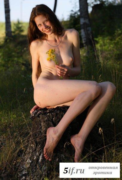 Позирует без одежды в лесу