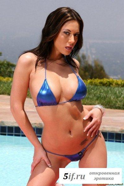 Знаменитая Cassia Riley у бассейна
