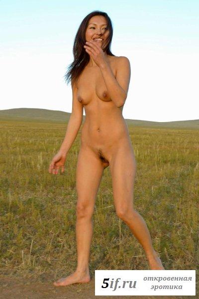 Одна гуляет голышом в поле